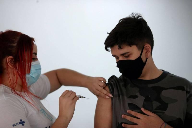 17日巴西里約熱內盧14歲青少年正接種BNT疫苗。(路透)