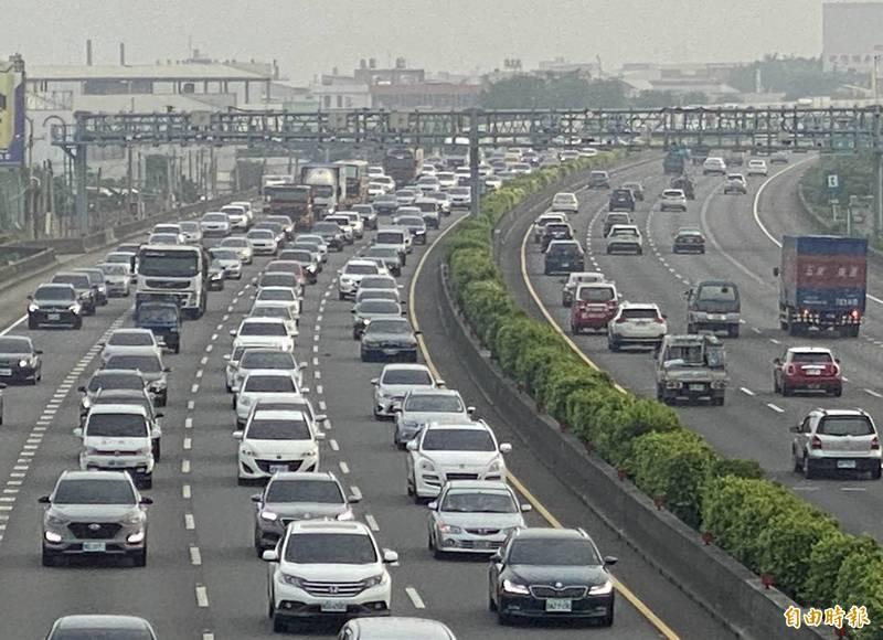 今天中秋節連假首日,國道1號中部南下變「大停車場」。 (記者湯世名攝)