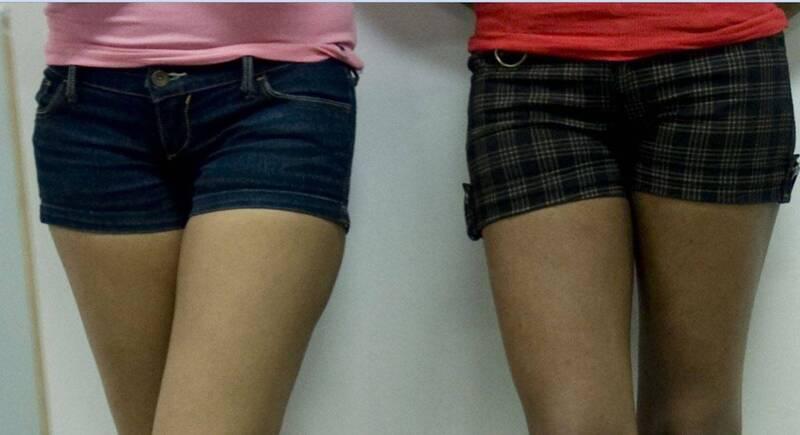 印度一名19歲女學生前往當地大學考試,因穿著短褲遭監考官擋在教室門外,並要求應換穿長褲或長褲,女學生最終使用窗簾遮住腿部,才得以進入考場。短褲示意圖,圖與新聞事件無關。(法新社)