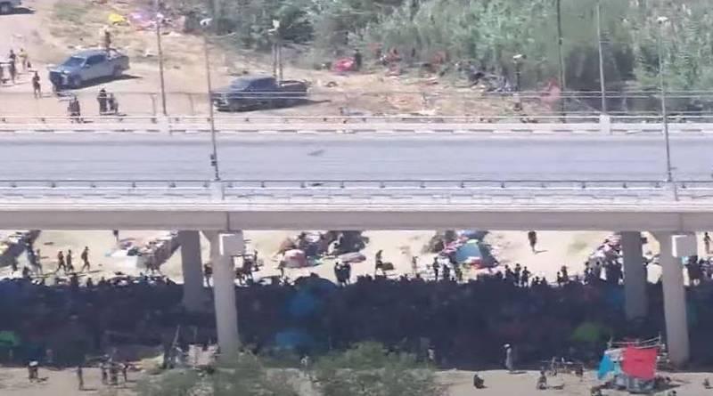 美國德州邊境一條跨國大橋下近日湧現大批人潮,將近萬名海地移民目前正住在橋下,等待機會入境美國。(擷取自YT)