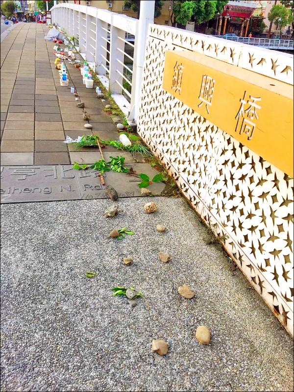 有民眾看到排列整齊的石頭,笑稱以為是為紀念落河的人。(擷取自前鎮二手貨臉書)