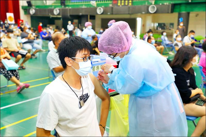 嘉義縣第8輪AZ疫苗15日起開打,除合約醫療院所接種診次,還開設巡迴村里接種站、大型接種站因應。(記者王善嬿攝)