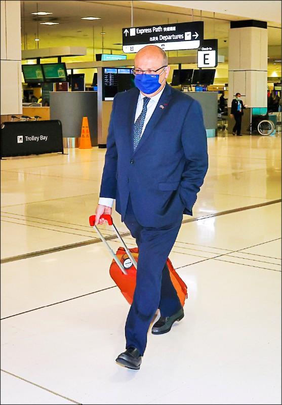 法國駐澳洲大使提波爾18日抵達雪梨機場,準備返回本國。(美聯社)