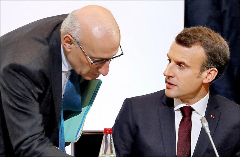 法國總統馬克宏十七日決定召回駐美大使艾蒂恩,表達對美國半路搶奪澳洲潛艦訂單的不滿。圖為艾蒂恩二○一八年四月間以總統外交顧問身份陪同馬克宏出席會議。(法新社檔案照)