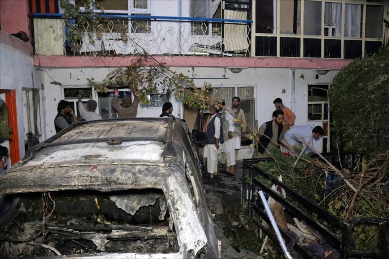美國援助團體「國際營養與教育」的阿富汗合作夥伴阿瑪迪,上月廿九日遭美國軍方誤認為「伊斯蘭國呼羅珊省」成員,慘死於無人機飛彈下,座車和住家滿目瘡痍。(美聯社檔案照)