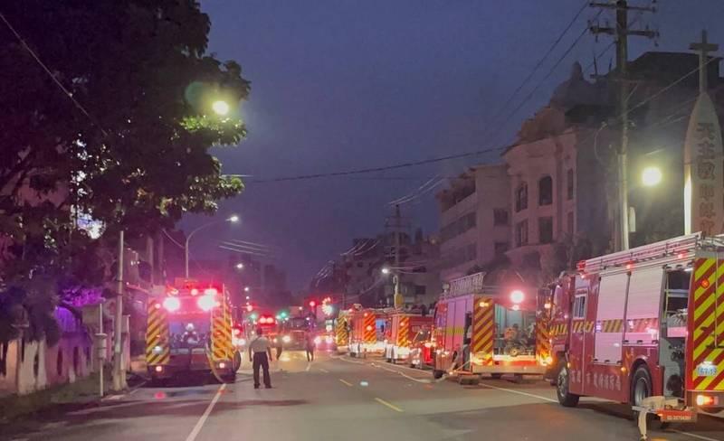 高雄市鳥松區驚傳住宅火警,大批消防人車搶救。(讀者提供)
