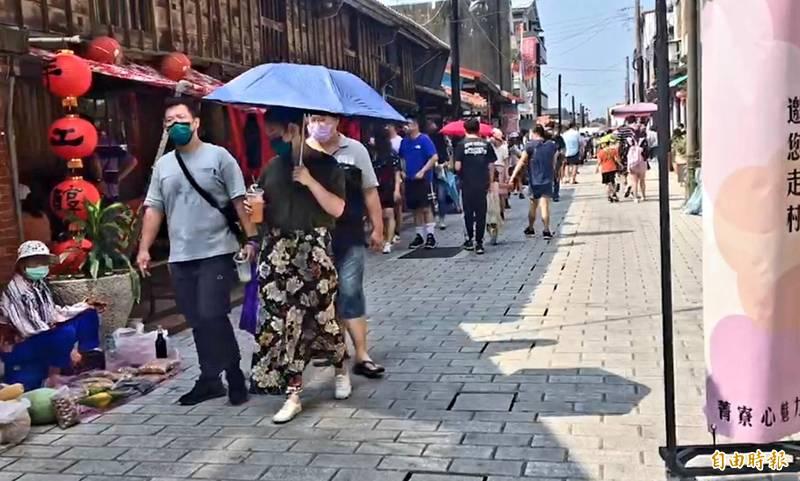 中秋節連假首日,菁寮老街等台南各景點湧現人潮。(記者王涵平攝)