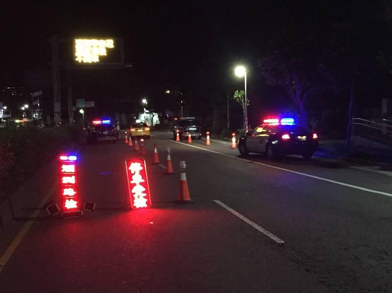 金山警分局設置路檢點,2夜下來開出54張罰單。(記者吳昇儒翻攝)
