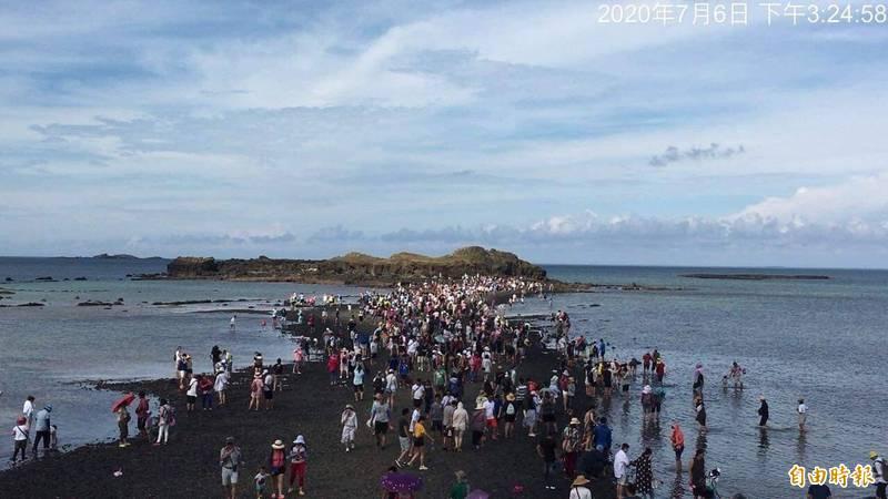 摩西分海是澎湖新興觀光景點,中秋連假再度湧現人潮。(資料照,記者劉禹慶攝)