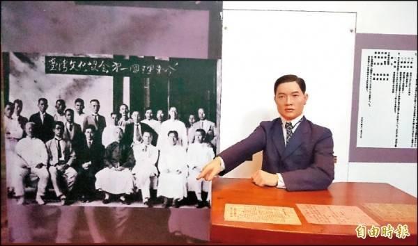 今年適逢「台灣文化協會」成立百年,台灣北社將以「多元創新 國家一體 台灣前行」為主題舉辦三項台灣文化日活動。圖為台灣文化協會成員合照及蔣渭水塑像。(資料照)