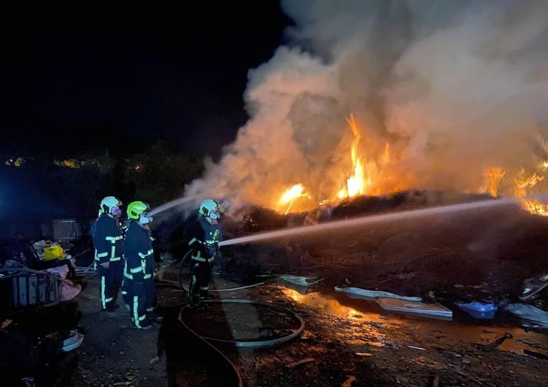 太平清潔隊資源回收場昨天深夜起火燃燒,消防局出動30名消防人員連夜滅火。(記者陳建志翻攝)