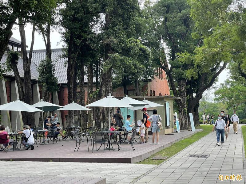 中秋連假人潮外溢,台南山上花園水道博物館今上半天已有1000人次入園,也創下解封後最高入園人數。(記者萬于甄攝)