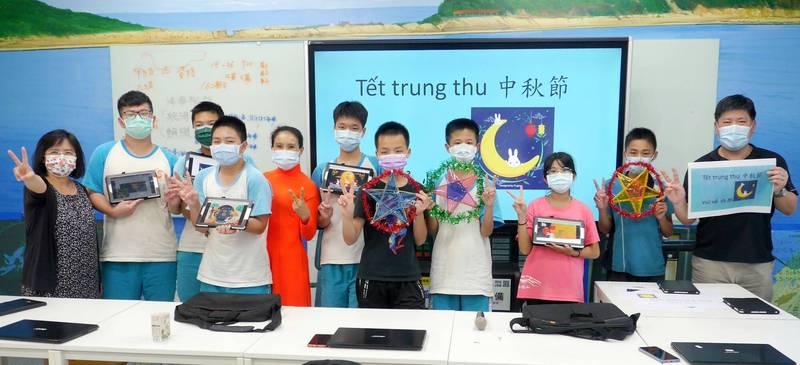 萬里學生寫程式、將越語歌謠嵌入電子賀卡,讓越南的外公外婆透過雲端欣賞孫子的作品。(新北市教育局提供)