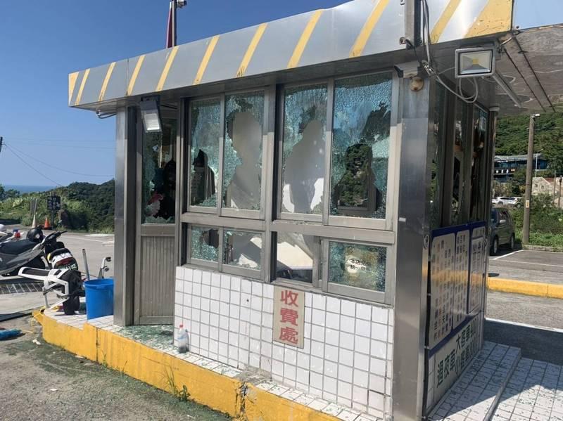 九份台陽停車場管理室今日遭人砸毀,造成5人受傷。(記者吳昇儒翻攝)