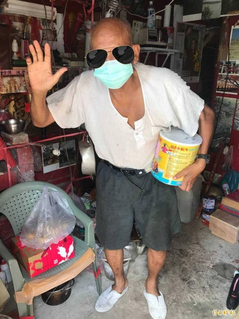 新竹縣秋節前,善心的獨居婆婆和公益社團紛紛透過致贈月餅和奶粉,疼惜獨居的長輩。(記者黃美珠攝)