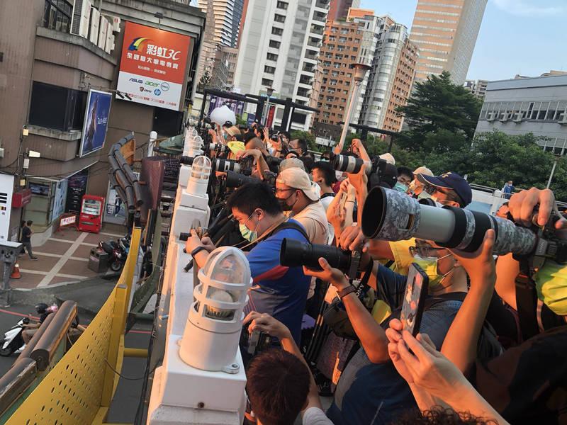 天橋上擠爆搶拍懸日的民眾。(民眾提供)