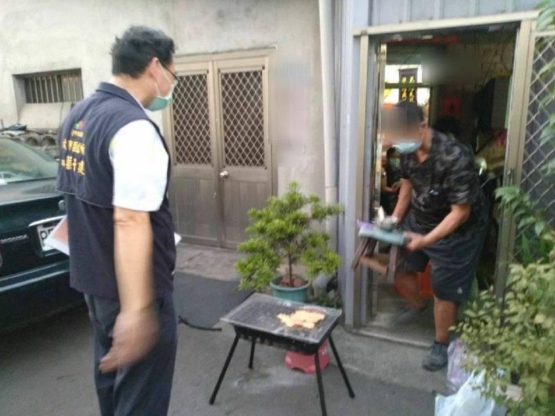 中秋史上最嚴禁烤令,中市連假首日即查到4起違規,民眾經勸導立即收拾烤肉用具。(台中市府提供)