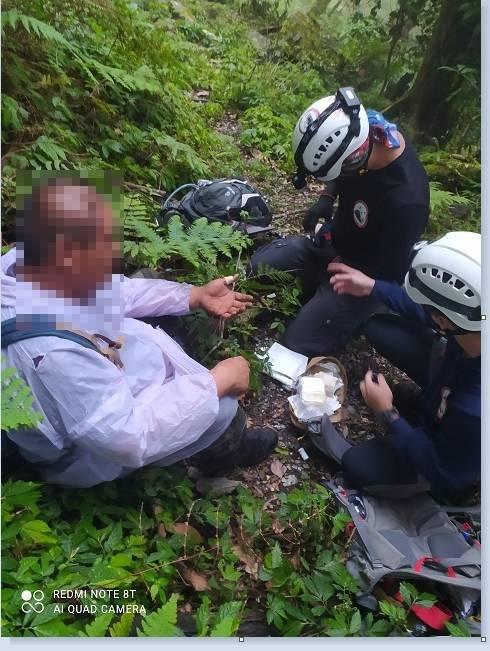 台東一名男子在大南山區迷途兩天,台東消防局派人上山找到人。(台東消防局提供)