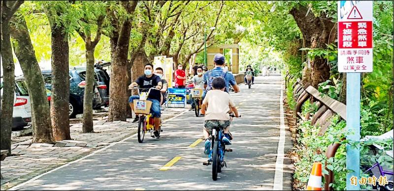 東豐綠廊吸引遊客騎車暢遊。(記者張軒哲攝)