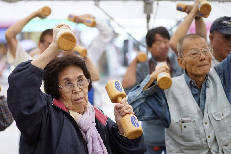 日本總務省今天公布,全日本65歲以上的高齡人口共3640萬人,比去年增加,占總人口比例29.1%,居全球之冠。圖為日本老人拿著啞鈴運動。(歐新社)