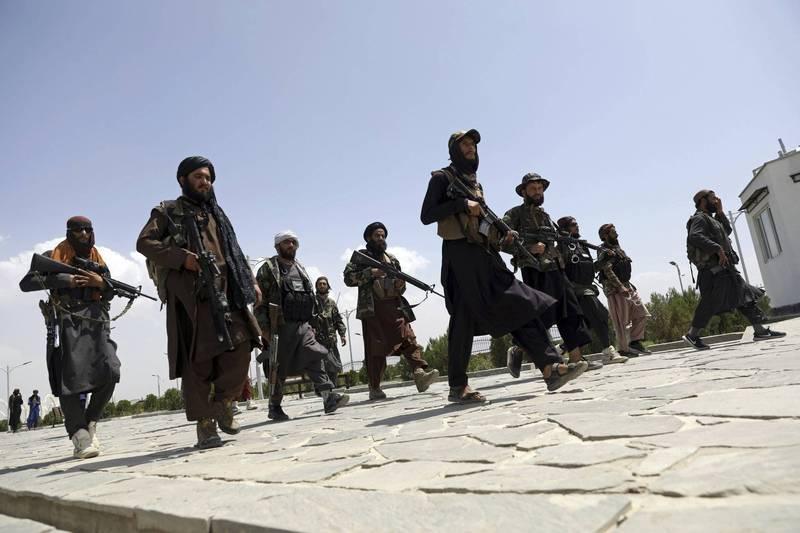 專家認為,美軍撤離阿富汗後,中國在中亞及巴基斯坦一帶的投資項目,將會面臨恐怖組織襲擊,且受襲頻率與日俱增。圖為阿富汗神學士部隊。(美聯社)