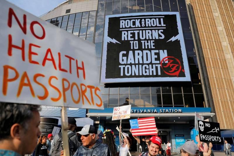 美國民眾18日走上紐約時代廣場,抗議政府所推行的強制疫苗施打令,過程中以F開頭的髒話問候總統拜登。圖為紐約民眾先前針對疫苗接種令的示威活動。(路透)