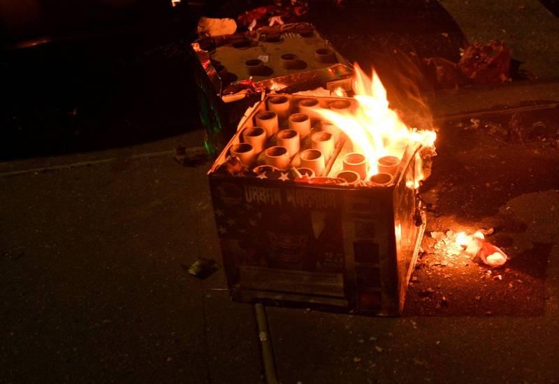 澳洲有名男子施放煙火時,火種意外炸傷肩部及胸部,緊急搶救仍重傷不治。示意圖。(路透)