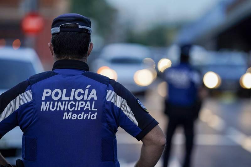 西班牙馬德里一處大學校園聚集大量人潮飲酒狂歡,數量高達2.5萬人,警方連忙驅散。馬德里警察示意圖。(彭博)