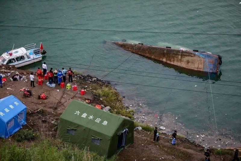 中國貴州省六盤水市六枝特區昨天一艘客船翻覆意外,至少10人死亡,還有5人失蹤,船上大部分乘客為學生。(圖擷取自中國媒體)