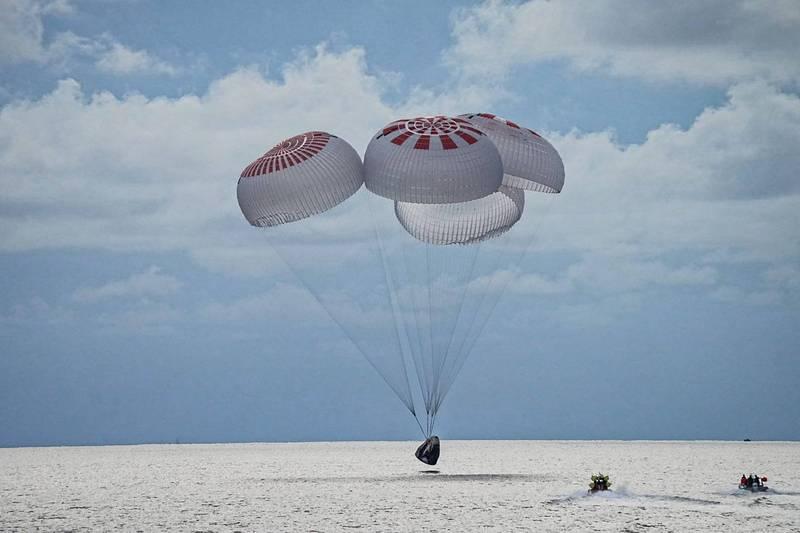 SpaceX天龍號搭載4名無太空人資格的民眾,在完成3天的飛行後於美東時間18日晚間7時(台灣時間19日上午7時)順利降落於佛州大西洋海域。(路透)
