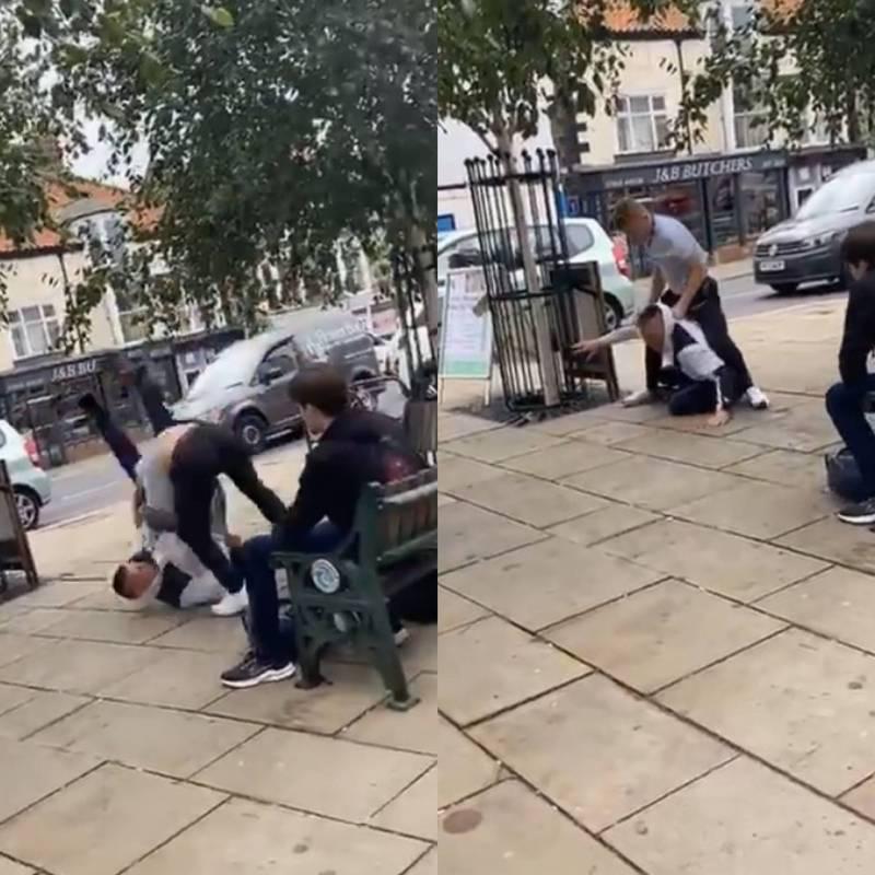 男子在街上隨機攻擊路人,沒想到卻踢到鐵板,對方是一名巴西柔術冠軍,男子很快就被少年制伏在地。(圖取自Twitter/Alex Enlund)