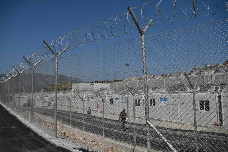 由歐盟(EU)出資讓希臘建造的封閉式難民營周圍建滿帶刺的鐵絲網(見圖),有人權團體批評這像一座「監獄」。(美聯社)