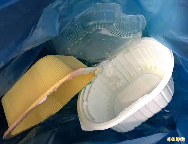 PLA外觀與一般塑膠相近,常常跟其他廢塑膠容器混在一起回收。(記者羅綺攝)