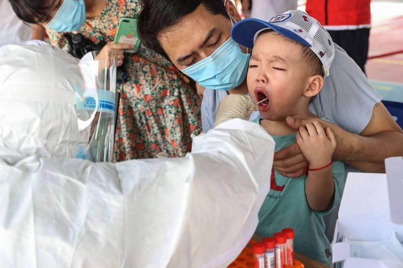 福建疫情延燒,漳州取消中秋假期,網友譙腦子壞掉。圖為福建民眾接受檢測。(法新社)