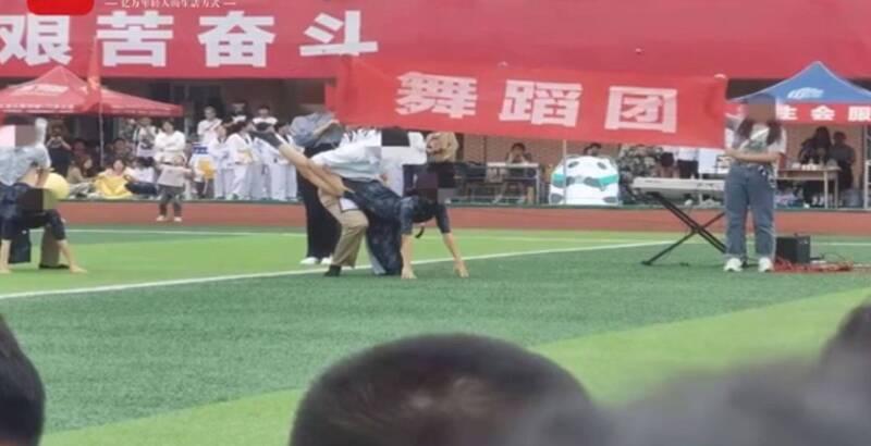 中國四川農業大學據稱在新生軍訓時表演火辣舞蹈,引發網友大批負面評論。(取自微博)
