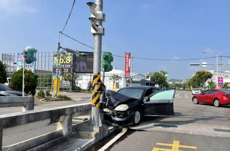 傅姓男子駕轎車突然失控衝撞苗栗市國華地下道分隔島,車頭全毀。(圖:民眾提供)