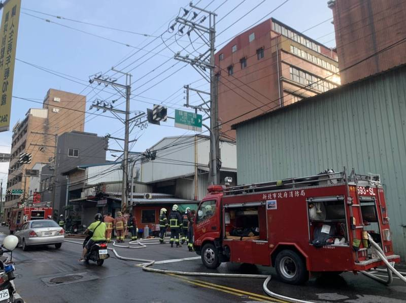 消防隊員迅速到場,將火勢撲滅。(記者吳昇儒翻攝)
