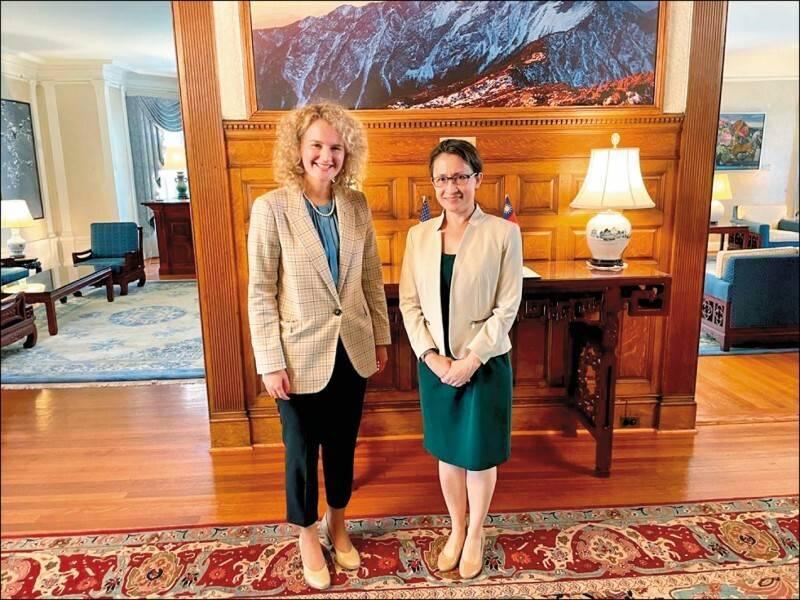 立陶宛經濟部長雅莫內特14日會晤駐美代表蕭美琴,並說道「迫不及待10月歡迎台灣訪團了!」(取自雅莫內特推特)