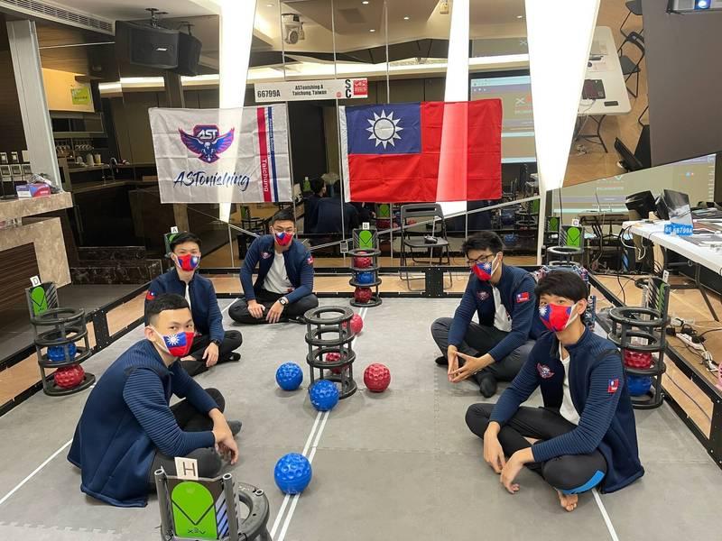 台中美國學校5高中生把握線上比賽機會,在比賽場地自行佈置國旗、戴國旗口罩、穿有國旗臂章的外套,挑戰機器人賽登世界冠軍,「讓世界看見台灣」。(圖:校方提供)