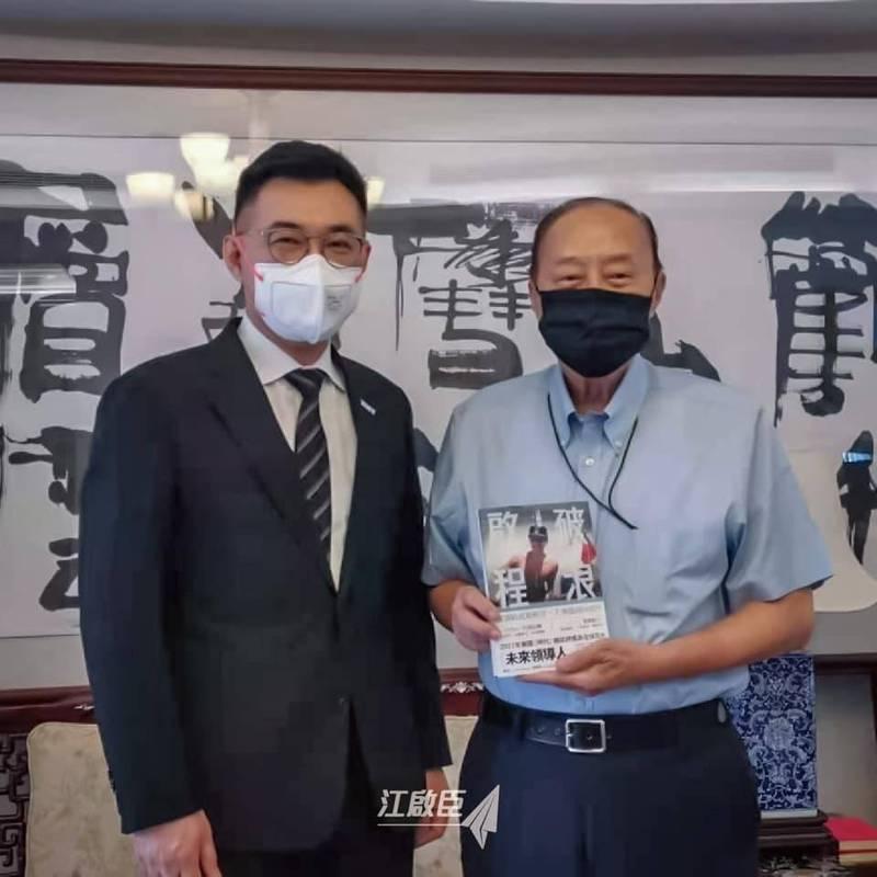 國民黨主席候選人江啟臣向前考試院長關中請益。(取自江啟臣臉書)