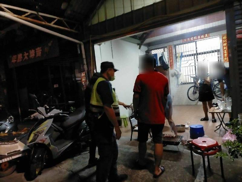 台中2天查到有民眾違禁令在住家前開烤。(圖:市府提供)