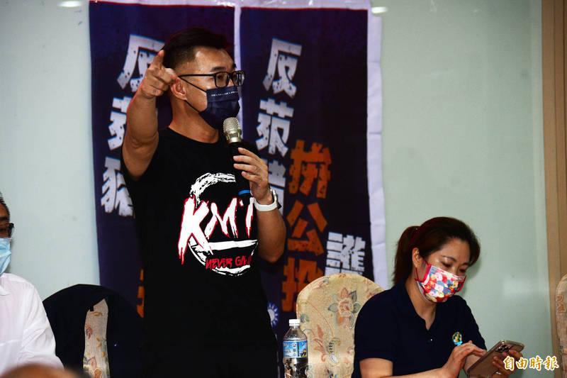 江啟臣抵台東宣講「反萊豬、拚公投、護食安」公投主張,不忘拉選票。(記者陳賢義攝)