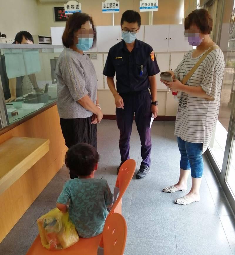 台中一名3歲男童負氣離家找媽媽卻迷路,幸好民眾發現帶到警局,順利通知家人到警局領回。(記者陳建志翻攝)
