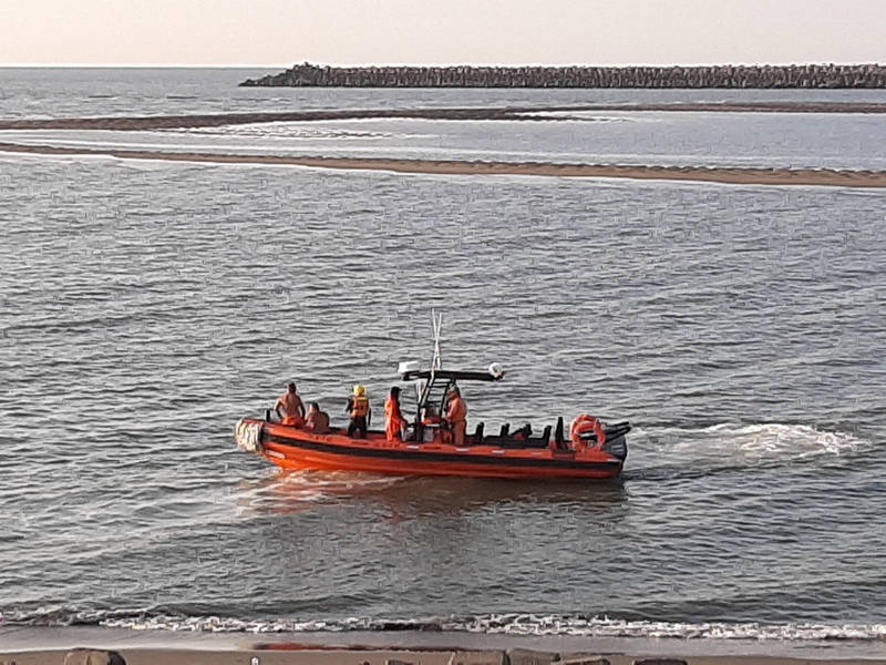 消防和海巡人員聯合搜救落水少年,截至傍晚仍未發現落水者的身影。(消防局提供)