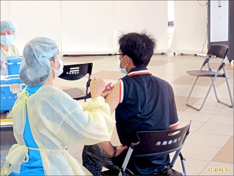 台南市自展開COVID-19疫苗接種作業起,接種劑次已逼近百萬劑次,至18日止,共接種98萬7461劑次,人口涵蓋率45.9%。(記者蔡文居攝)