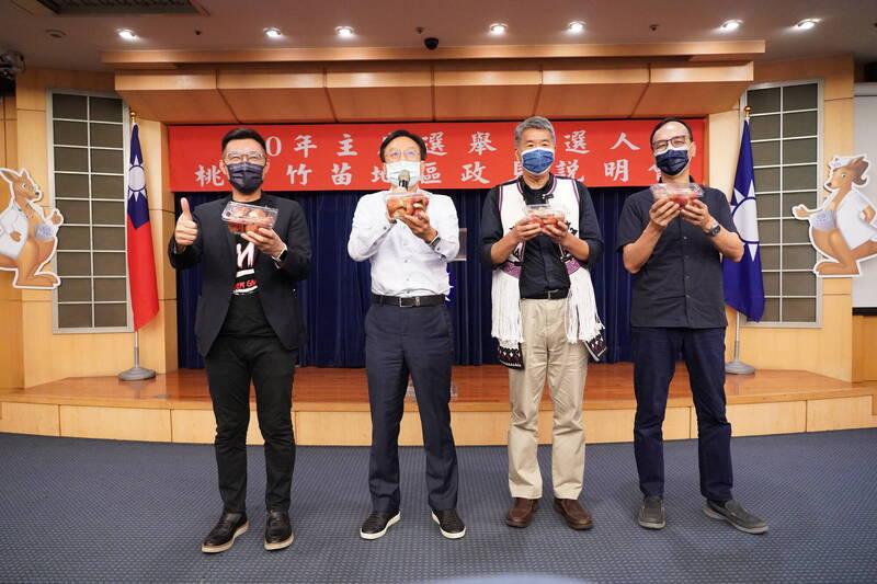 國民黨主席候選人左起江啟臣、卓伯源、張亞中、朱立倫,同台手拿蓮霧力挺台灣水果。(國民黨提供)