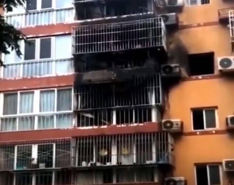 中國北京通州區一處公寓起火造成5人死亡,初步推測是電動自行車充電起火釀成悲劇。(圖擷自微博)
