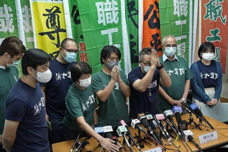香港最大工會組織職工盟主席黃迺元(右三)19日宣布啟動解散程序,自稱愧對於香港人及工友。(法新社)