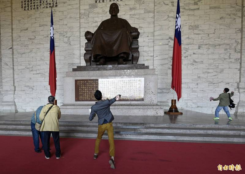 政治受難團體促移除中正紀念堂蔣公銅像。圖為抗議人士向銅像丟雞蛋,與本新聞無關。(資料照)