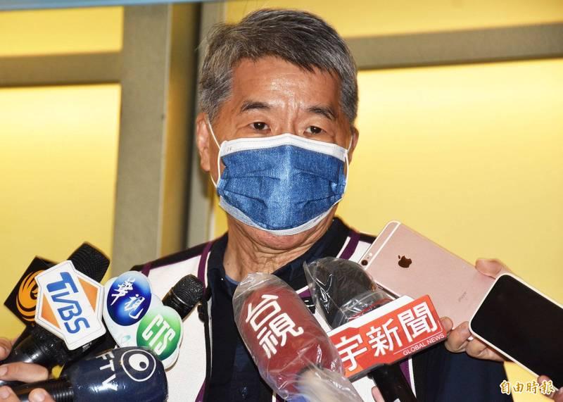國民黨主席候選人張亞中(見圖)今天被媒體報導曾遭控性騷2女學生,前女友也爆料他外遇離婚。對此,張亞中表示,相關報導完全不是事實,已委請律師22日向法院提告。(記者李容萍攝)